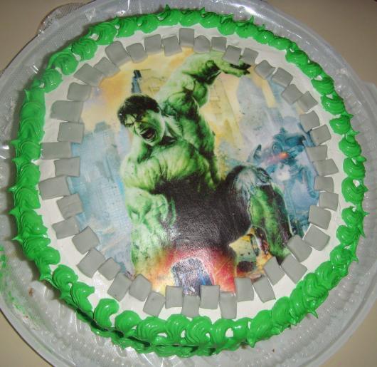 Bolo do Hulk redondo decorado com papel de arroz e chantilly verde