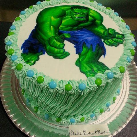 Bolo do Hulk redondo simples decorado com papel de arroz, chantilly e confete