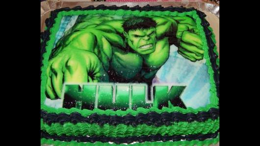 Bolo do Hulk decorado com papel de arroz e chantilly verde e preto