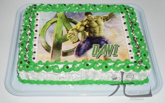 Bolo do Hulk decorado com papel de arroz e chantilly verde e branco