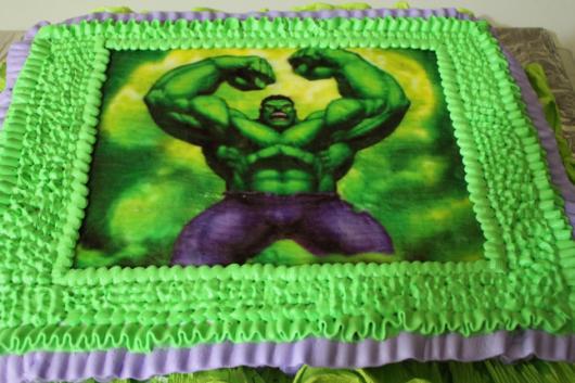Bolo do Hulk decorado com papel de arroz e moldura de chantilly verde