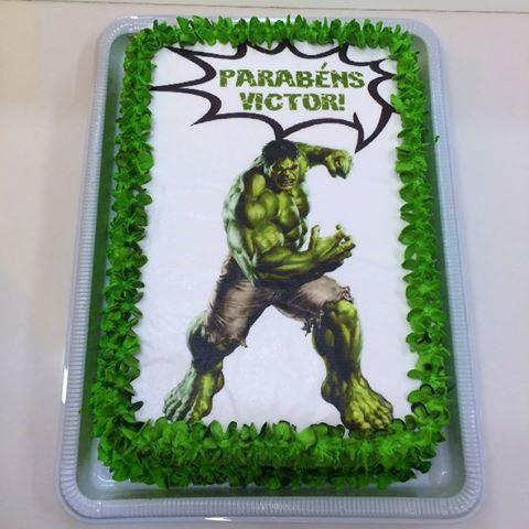Bolo do Hulk decorado com papel de arroz do Hulk com nome do aniversariante e chantilly