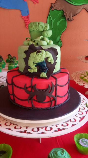 Bolo do Hulk de 2 andares com topo no formato de punho