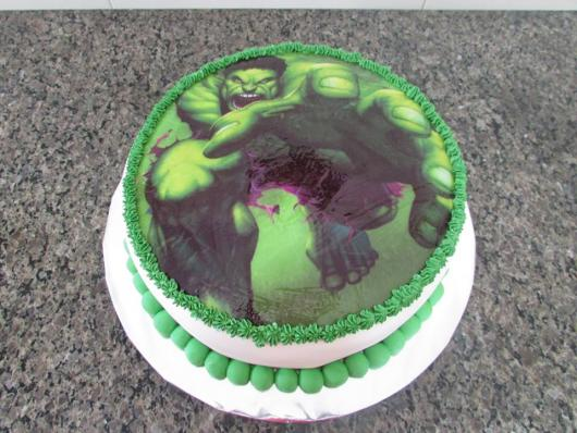 Bolo do Hulk com cobertura de chantilly e aplique de papel de arroz
