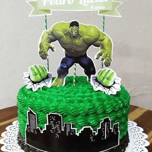 Bolo do Hulk de 1 andar decorado com chantilly verde e toppers do personagem