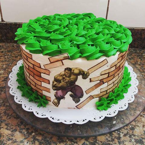 Bolo do Hulk simples decorado com chantilly verde e papel de arroz estampado com personagem explodindo muro na lateral