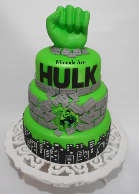 Bolo do Hulk de 3 andares decorado com punho verde e prédio de pasta americana