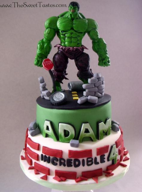 Bolo do Hulk de 2 andares decorado com topo de bolo de biscuit
