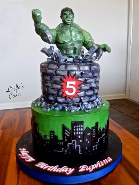 Bolo do Hulk de 3 andares decorado com pasta americana andar no modelo da cidade