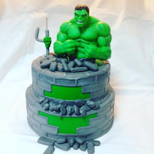 Bolo do Hulk de 2 andares com personagem de pasta americana 3D explodindo prisão