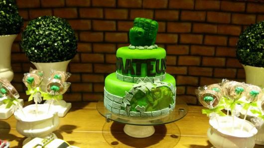 Bolo do Hulk decorado com pasta americana verde
