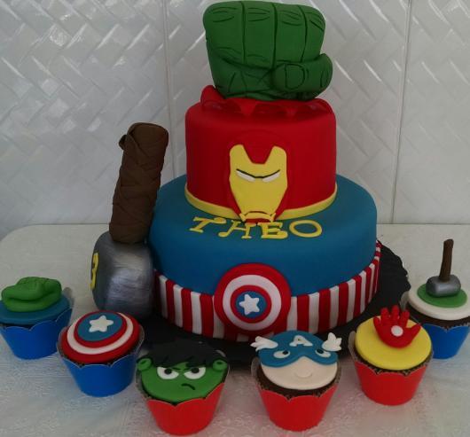 Bolo do Hulk 3 andares com andar do Homem de Ferro e capitão América