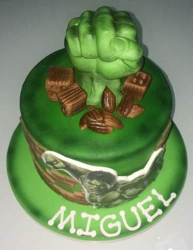 Bolo do Hulk decorado com pasta americana topo de punho saindo do chão e mini tijolos de pasta americana