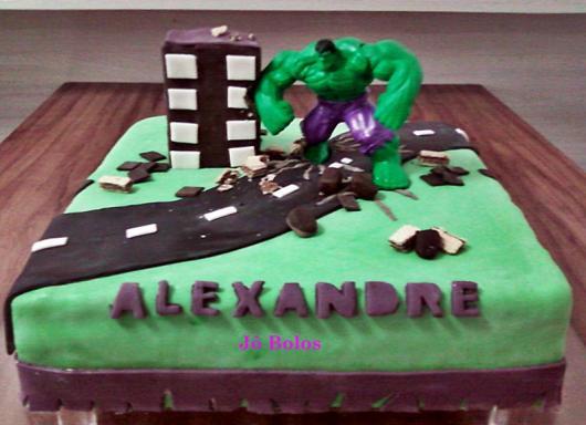 Bolo do Hulk quadrado decorado com pasta americana