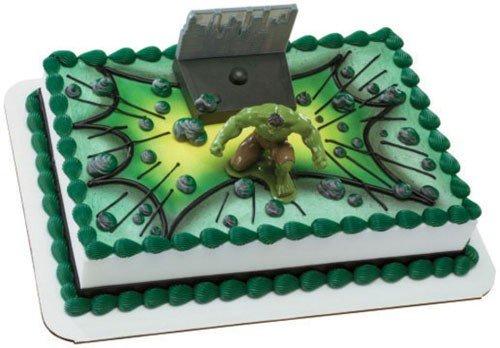 Bolo do Hulk quadrado decorado com papel de arroz e personagem 3D