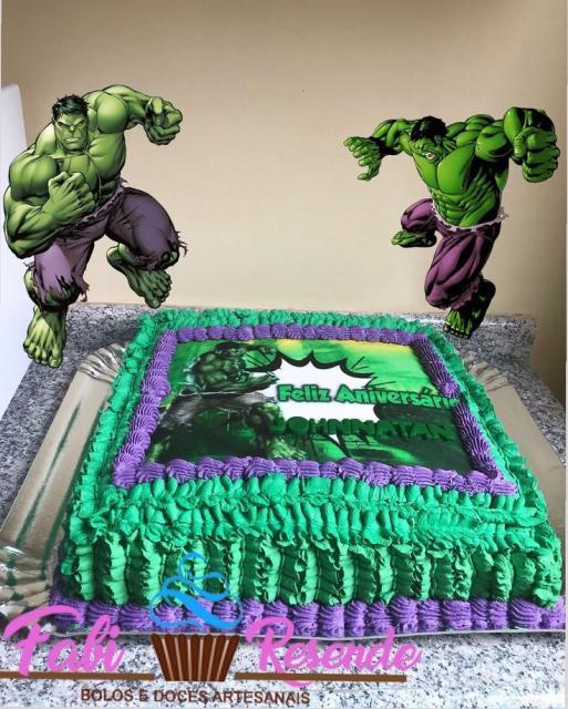 Bolo do Hulk quadrado com cobertura de chantilly e topper do Hulk