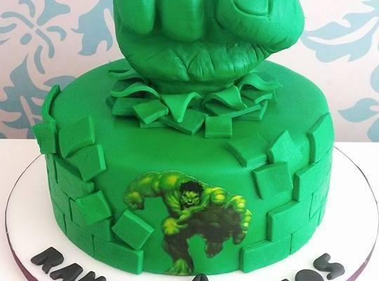 Bolo do Hulk de pasta americana com detalhe do Hulk explodindo a parede