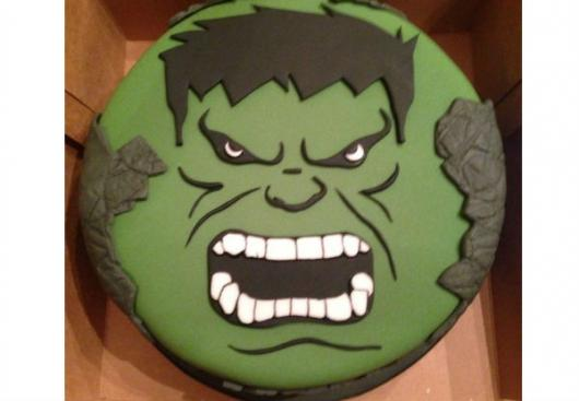 Bolo do Hulk de pasta americana decorado com rosto do personagem
