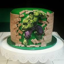 Bolo do Hulk redondo com muro de pasta americana