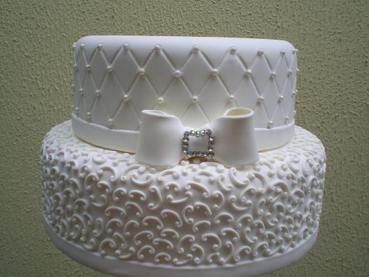 bolo fake de biscuit branco debutante