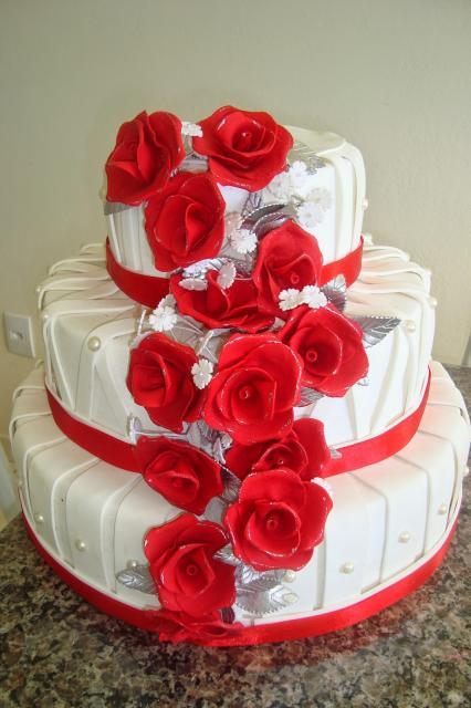 bolo fake de biscuit com rosas vermelhas