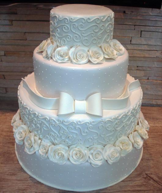 bolo fake de biscuit branco com laço