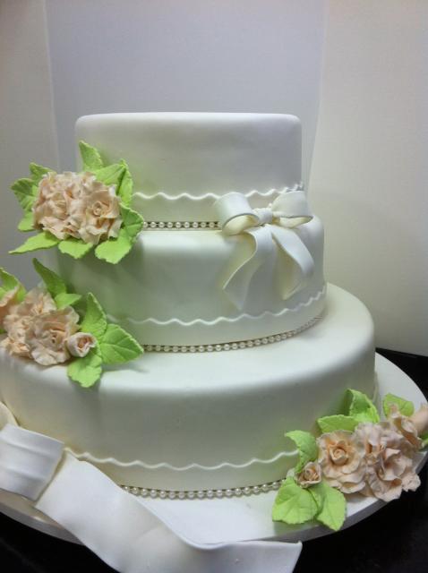 bolo fake de biscuit com rosas para casamento