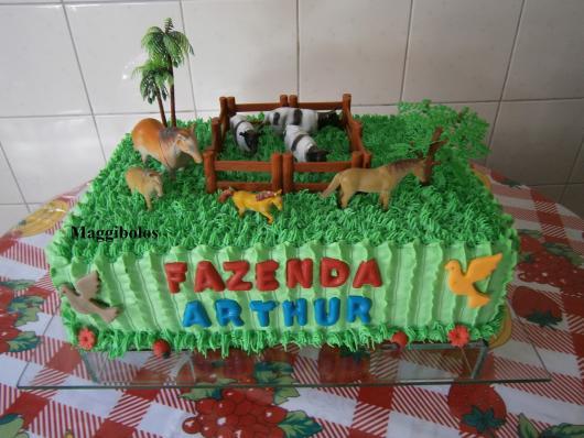 Bolo Fazendinha decorado com chantilly verde e bichinhos