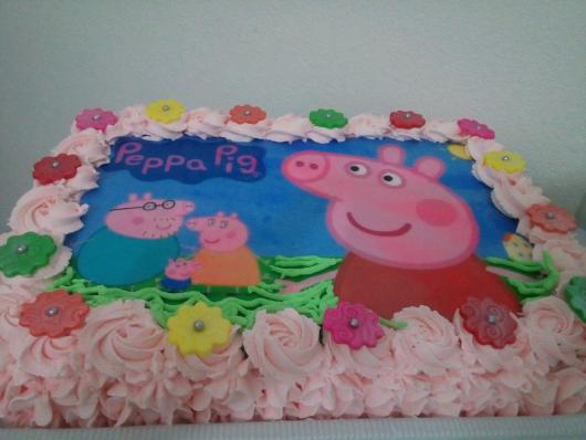 Bolo Peppa Pig com papel de arroz e chantilly