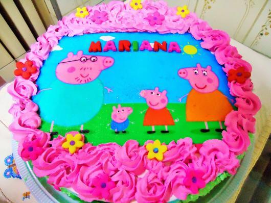Bolo Peppa Pig decorado com glacê rosa e papel de arroz