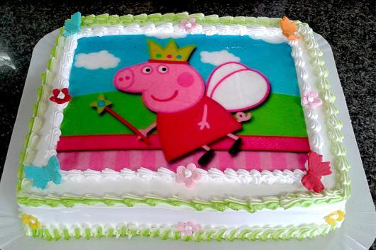 Bolo Peppa Pig com chantilly e papel de arroz da Peppa Pig princesa