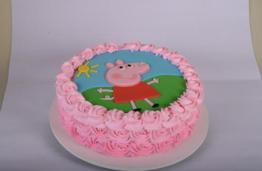 Bolo Peppa Pig decorado com chantilly rosa e papel de arroz