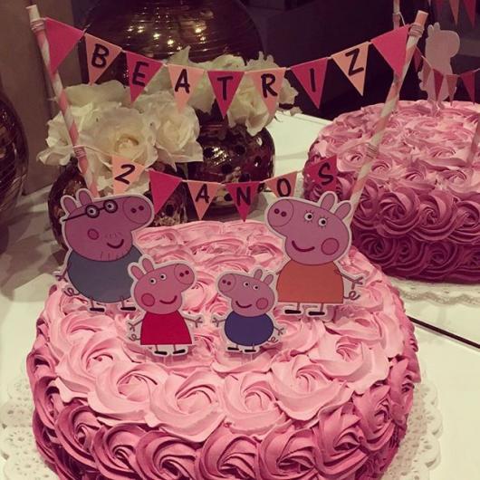 Bolo Peppa Pig decorado com chantilly e topper dos personagens
