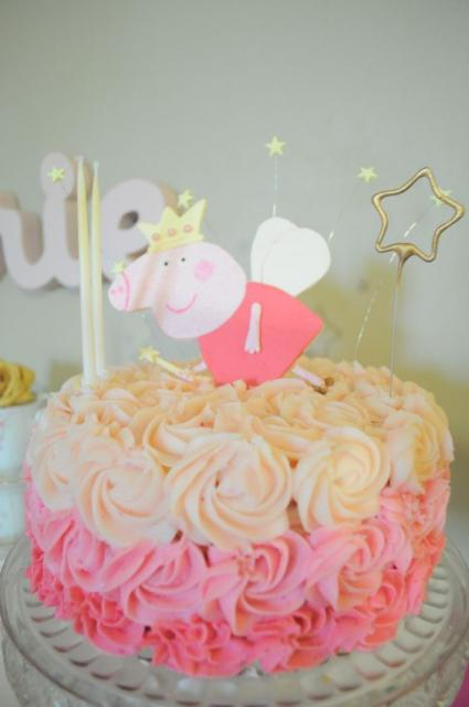 Bolo Peppa Pig com formato redondo decorado com chantilly e topper Peppa Pig  princesa