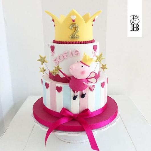 Bolo Peppa Pig Princesa com coroa no topo