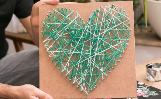 O que colocar na Caixa dos 5 Sentidos visão quadro personalizado com coração de arte com barbante