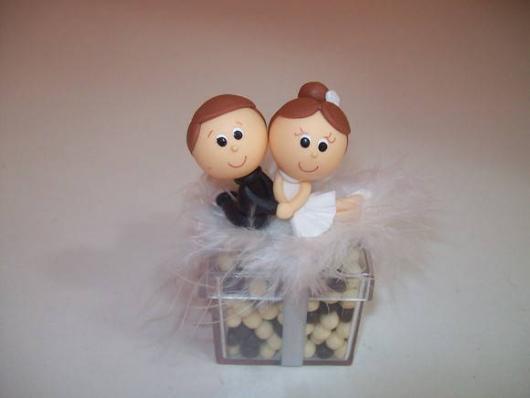Como Fazer Lembrancinhas de Casamento caixinha com aplique de biscuit no formato dos noivinhos