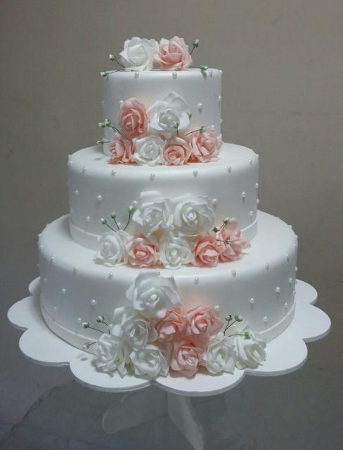 Como fazer um bolo fake: bolo fake de casamento branco com rosas