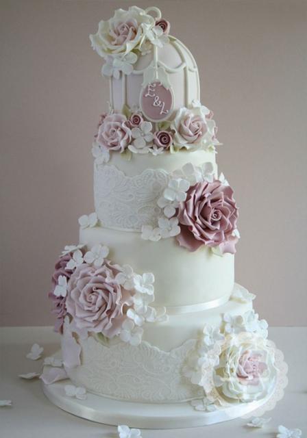 Como fazer um bolo fake: bolo fake de casamento com detalhe de renda