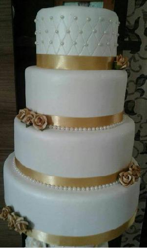 Como fazer um bolo fake: bolo fake de casamento com detalhes em dourado e pérolas