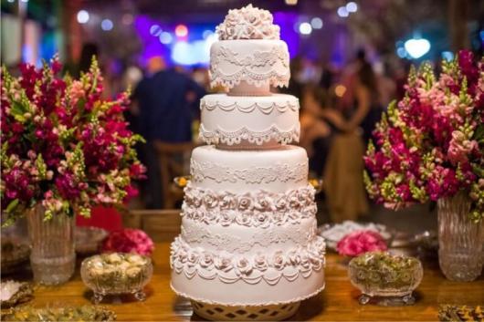 Como fazer um bolo fake: bolo fake de casamento com flores