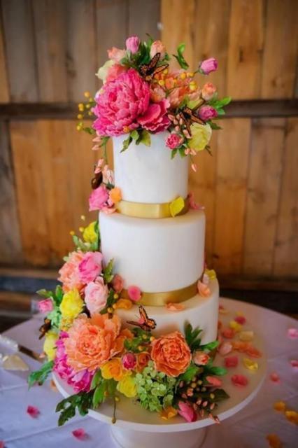 Como fazer um bolo fake: bolo fake de casamento com flores coloridas e borboletas