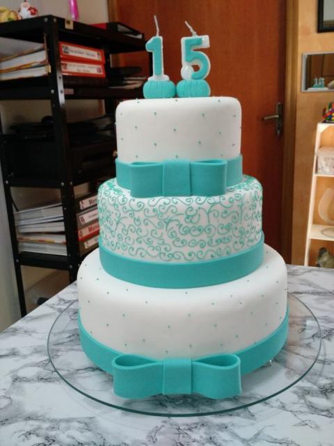 Como fazer um bolo fake: bolo fake de 15 anos branco e azul