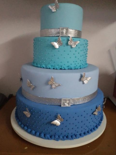 Como fazer um bolo fake: bolo fake de 15 anos azul com borboletas