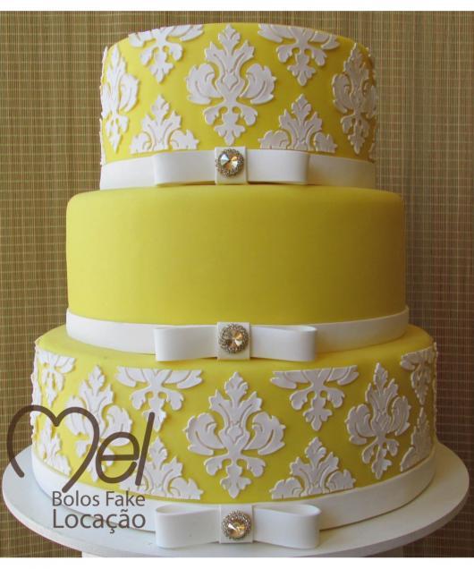 Como fazer um bolo fake: bolo fake de 15 anos amarelo e branco