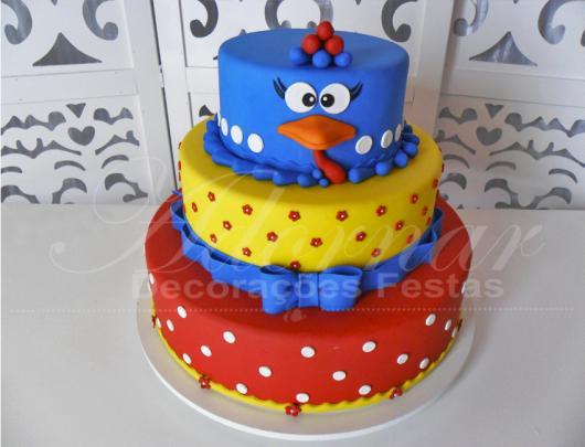 Como fazer um bolo fake: bolo fake de biscuit da Galinha Pintadinha