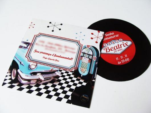 Fotos e Ideias de Convite Anos 60 masculino no formato de vinil com detalhe de carro