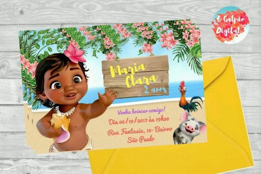 Convite Moana baby com cartão amarelo e borda de flores