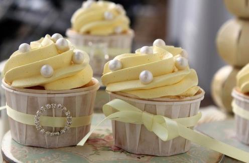 Cupcake para Casamento com chantilly amarelo e perolas