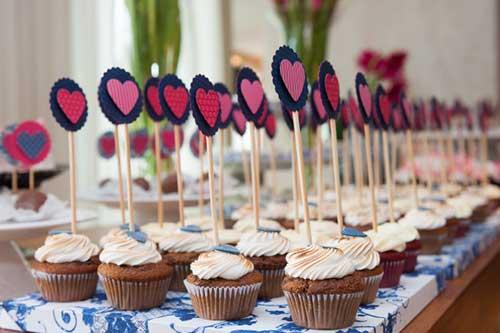 Cupcake para Casamento com topper de coração rosa